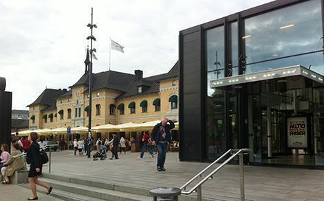 Fotot är av den gamla och nya stationsbyggnaden i Uppsala.