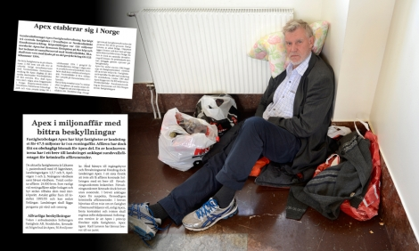 Kjell Larsson på Centralstationen i Sundsvall. Till vänster faksimiler ur magasinet Fastighetsvärlden i början av 90-talet. Bild: Eva-Lena Olsson.