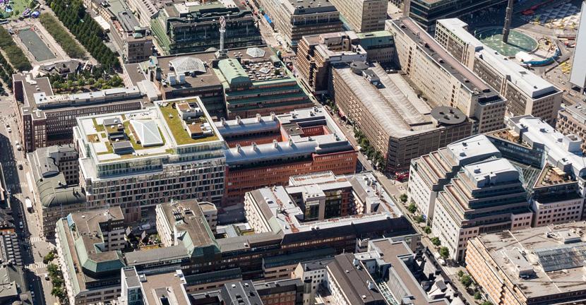 Nya Mästerhuset är 50 meter högt. Grannbyggnaden Hästen 21 är 35 meter högt. Båda ägs av amerikanska Pembroke.