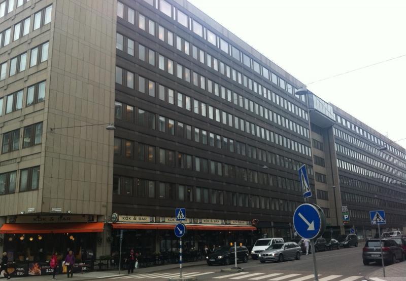 Öde. Längs den aktuella sträckan av Malmskillnadsgatan finns idag få verksamheter som öppnar upp byggnaderna. Det finns endast några få restauranger. I övrigt tillhör lokalerna SEB och det finns inga ingångar.