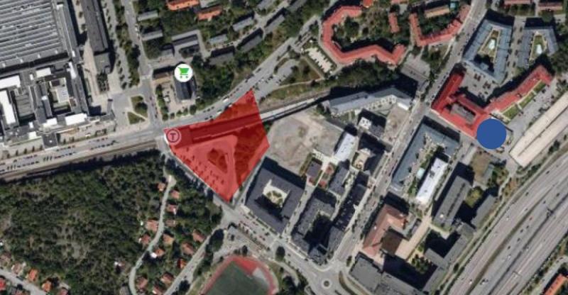 Det rödmarkerade området markerar SSM:s projektområde. Den blå punkten till höger visar var höghuset ursprungligen planerades (men som stoppades av Försvarsmakten).