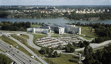 SAS flyttade ut från Frösundavik helt och hållet 2010 och flyttade till mindre lokaler vid Arlanda. Flygbolaget betalar dock hyra för hela Frösundavik till och med 2023. Bolaget hyr nu ut lokalerna i andra hand, men vakansgraden är hög.