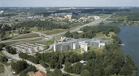 SAS dåvarande huvudkontor som det såg ut när det var färdigbyggt. Byggnaderna uppfördes 1985–1987. Till höger syns Brunnsviken. Observera att det ännu är obebyggt på andra sidan E4:an.