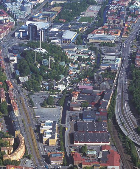 Liseberg och Växellådefabriken från en flygbild. Liseberg planerar att riva fem byggnader i norra delen av tomten för den tidigare växellådefabriken men behålla de två moderna längst i söder.