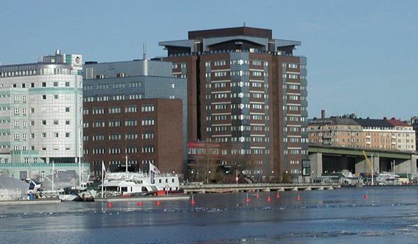 Fastigheten Marievik 15 som den ser ut idag. En stor koloss och en L-formad byggnad vid sidan.