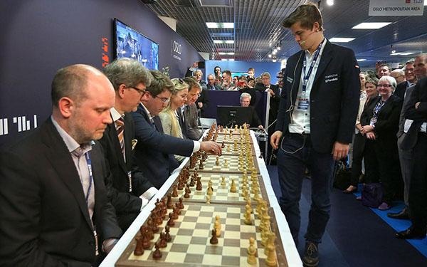 Den norske världsmästaren i schack, Magnus Carlsen, i full action i Oslos monter.