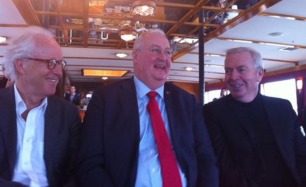 Lars Heikensten, ordförande i tävlingsjuryn och VD för Nobelstiftelsen, Sten Nordin, finansborgarråd (M), och den vinnande arkitekten David Chipperfield.