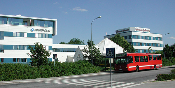 Johnson & Johnsons nuvarande huvudkontor i Rotebro, Sollentuna. Bolaget äger fastigheten, som ligger i skyltläge längs E4:an mot Arlanda, men ska nu avyttra.