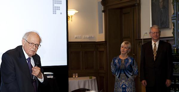 Bo Adamson fick ett av huvudprisen. I bakgrunden syns Margot Wallström och Hans Eliasson. Foto: Camille Gewing-Stålhane.