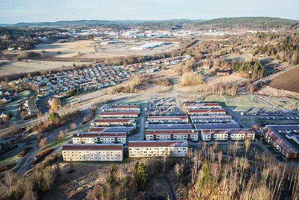 I förgrunden syns Härsta 9:3 (Söndagsvägen) och i bakgrunden Östra Birsta, E4 och sedan Västra Birsta med Ikea (i mitten av övre delen av bilden).
