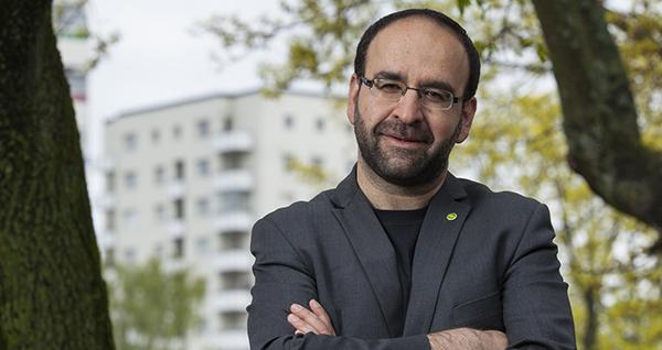 Riksdagsman saljer hus efter kritik