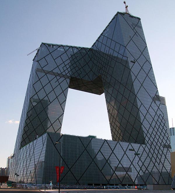 CCTV:s välkända huvudkontor i Peking är kanske inte helt likt, men inte heller helt olikt.