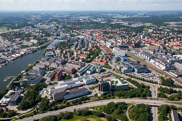 Den 33.000 kvm stora fastigheten Solna Gate ligger 2 minuters promenad från tunnelbanestationen Solna Strand (namnbytt från Vreten) och drygt 5 minuters promenad från Sundbybergs station.