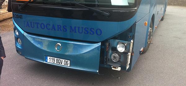 """Årets miniolycka: Det är inte lätt att köra på serpentinvägar, speciellt inte med en fullstor buss. Om man dessutom kör vilse och tvingas vända blir det värre. Mipim-utflykten till """"bergen"""" slutade dock """"bara"""" med plåtskador""""."""