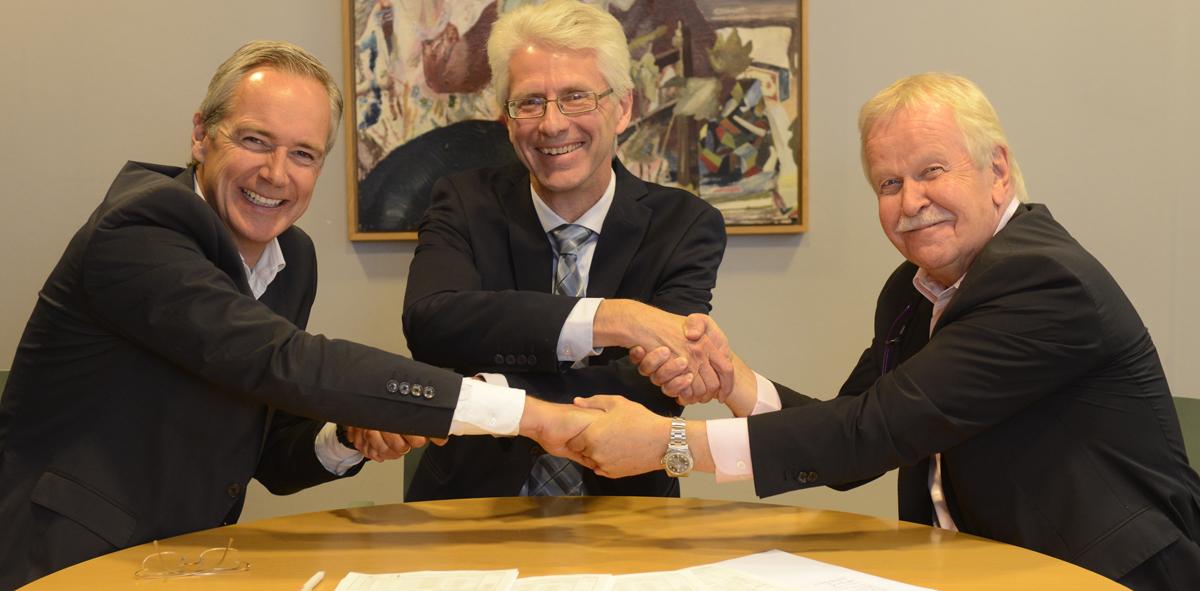 Signing vid det senaste tecknade hyresavtalet i Huddinge. Per Berggren, Lennart Ilke och Arve Nyhus.