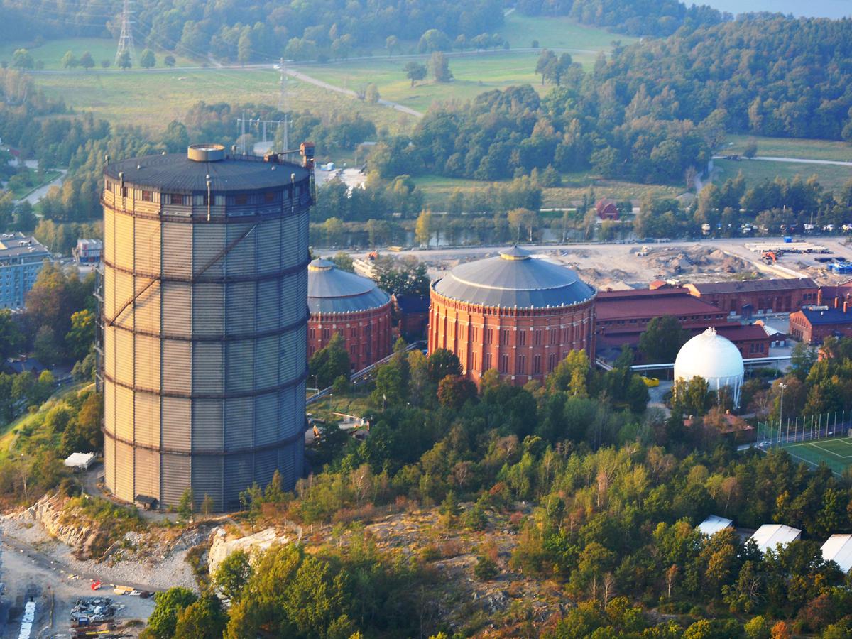 Gasklocka 4. Den byggdes 1932 och lades ner 29 april 2010. Den rymmer 200.000 kubikmeter. I samband med att Stockholm Gas AB bildades 2008 beslöts att stadsgasen i Stockholm skulle ersättas av natur- och biogas blandad med luft och Värtagasverket därmed kunna läggas ner. Gasklocka4 ska jämnas med marken och, enligt planen, ersättas med Oscar Properties skrapa. De båda gasklockorna i tegel ska bevaras och fyllas med annat innehåll.