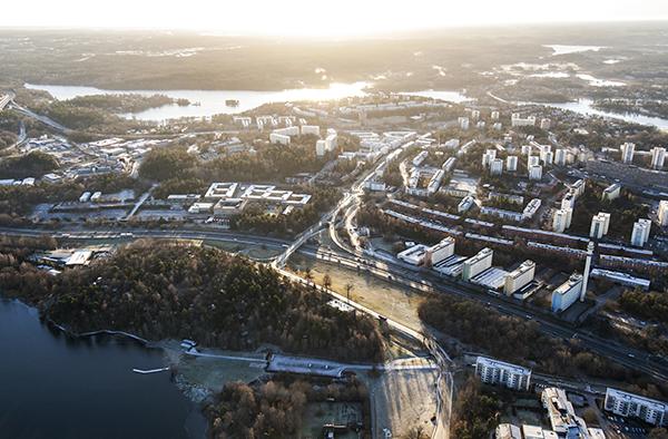 Idag de aktuella byggnaderna av 101.000 kvm lokaler. De båda områdena förbinds via en 400 meter lång kulvert. Bild: JLL Tenzing.
