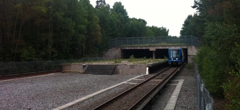"""Tunnelbanetågen kör idag förbi den öde """"spökstationen"""" i full fart. Stationen ligger mellan tunnelbanestationerna Hallonbergen och Kista, längs den blå tunnelbanelinjen."""