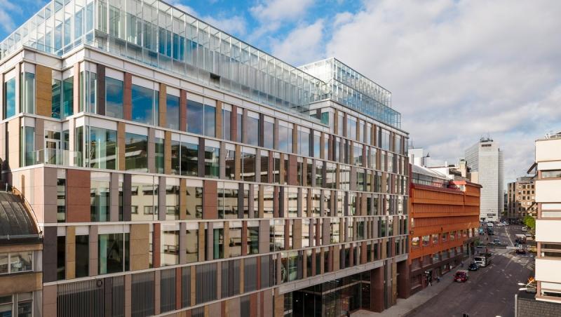 Färdigbyggda Mästerhuset synds till vänster. Längre bort till höger syns fastigheten Hästen 21.