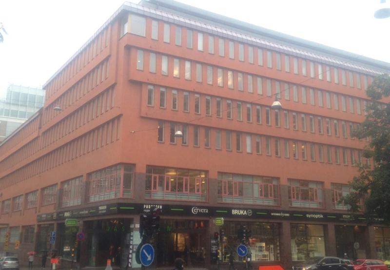 Fastigheten Hästen 21 ligger i hörnet Mäster Samuelsgatan och Regeringsgatan. Nordea är stor hyresgäst och i entréplanet finns Passagen med stora butikslokaler.
