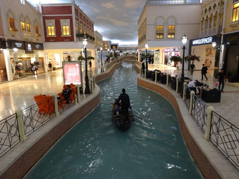 Villaggio Mall innehåller en 150 meter lång kanal, omgärdat av butiker – allt inomhus.