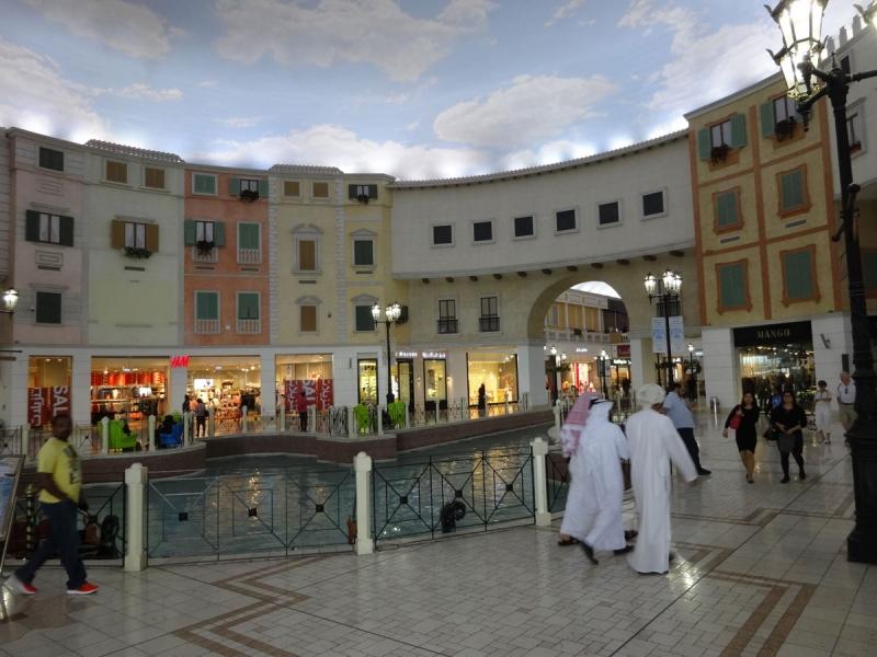 Succé. Villaggio Mall är en av världens mest uppmärksammade köpcentrum. Det är uppbyggt som en italiensk by. Köpcentrumet invigdes 2006 och återöppnade 2012 efter en större brand där 19 personer avled.