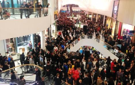Gallerian var fullproppad med nyfikna besökare.