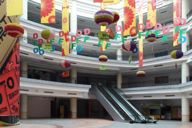 Fiasko. Världens största köpcentrum finns i södra Kina. Det öppnades 2005 och stod under nio år nästan helt tomt. Först senaste året har uthyrningsgraden stigit över 10 procent – efter större investeringar.