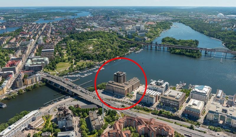 Fastigheten som JM förvärvar från AMF Fastigheter. Bolaget vill riva det existerande kontorshuset och istället bygga sju smala högre hus på fastigheten.