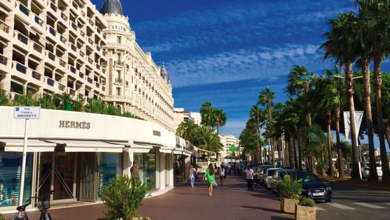 Det är nästan bara Croisetten (bilden) och Rue d'Antibes som attraherar köpare av butiksfastigheter. I de bästa lägena är hyran 10000–25000 kronor per kvadratmeter och år. I Cannes finns nästan alla lyxmärken.