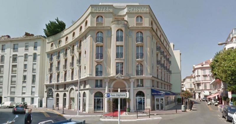 Fastigheten med Hôtel Cristal, som ligger två kvarter från Croisetten, såldes nyligen för cirka 80 miljoner kronor. Säljaren hade en prisförhoppning om 130 miljoner kronor. Hotellet med 56 rum ligger bakom Grand Hôtel Cannes.