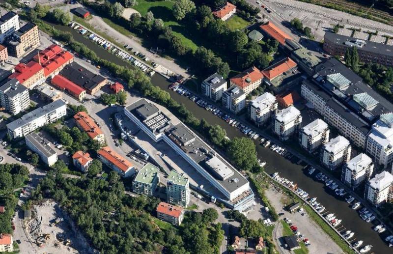 Flygbild över den stora fastigheten. Mittemot, på andra sidan Bällstaån, ligger attraktiva bostäder. Bakom fastigheten ligger området Annedal och snett mittemot finns Marabouparken.