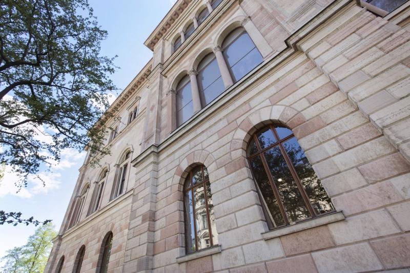 Den renoverade fasaden lyser ljus efter att trasiga stenar bytts ut mot nya och fasadstenarna har rengjorts. Foto: Melker Dahlstrand.