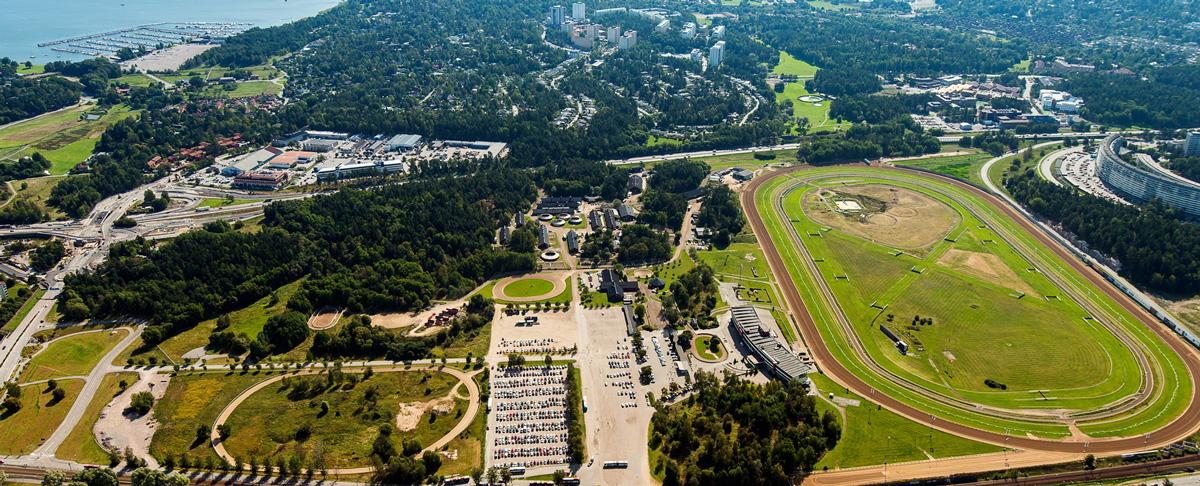 Den nya stadsdelen Täby Park ligger mellan E18 (Norrtäljevägen) och Roslagsbanan, mellan Grindtorp och Viggbyholm. E18 ligger längst upp i bilden och i nederkant går Roslagsbanan och här finns även Täby Centrum.