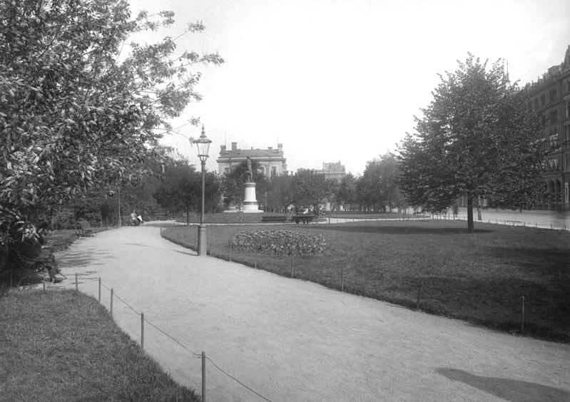 Järnvägsparken vy mot norr 1899. Parken tillkom på 1870-talet och var då mycket större. Fram till 1960-talet var det en grön oas mitt i staden, men i samband med att på och avfarter från Centralbron byggdes försvann mycket av grönskan. Foto: Stockholmskällan.