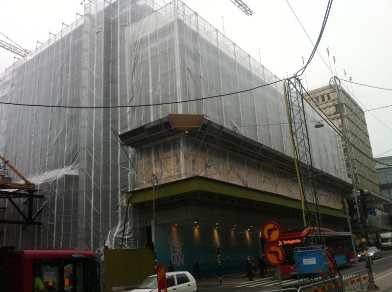 Mitt i city är AMF Fastigheter sedan några dagar igång med en stor rivning. Det handlar om byggnaden till vänster om entrén till Gallerian. Så här såg det ut i början av september.