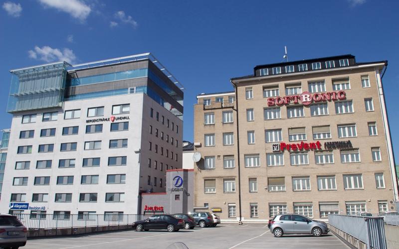 """Nytt utseende. Så här ser """"baksidan"""" av Skandia Fastigheters 50.000 kvm stora fastighet Åkern 16 ut idag. Framöver kommer den osannolikt att få ett lyft och det låga p-huset kan kanske få en annan användning."""