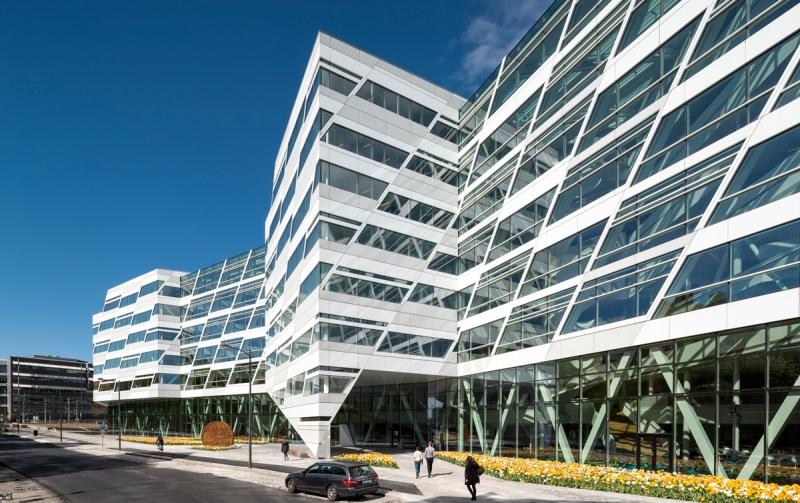 Swedbanks nya huvudkontor ligger mellan Arbetsförmedlingens HK och Sundbybergs tunnelbana- och pendeltågsstation.