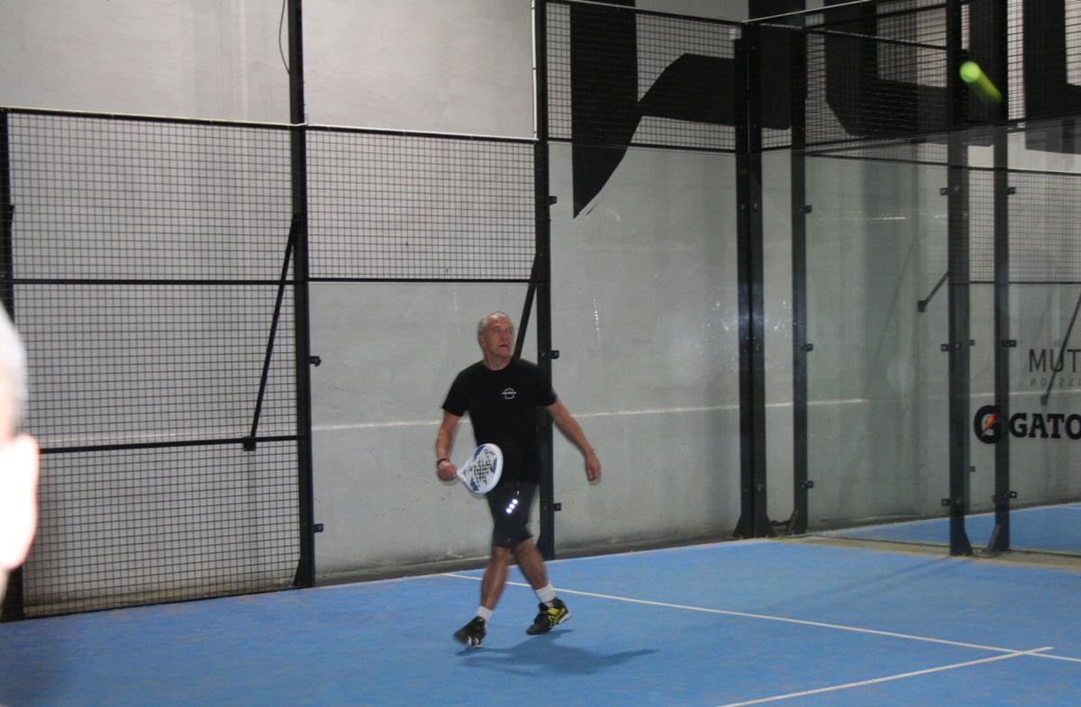 Full koncentration på bollen i det snabba spelet som är en kombination av tennis och squash.