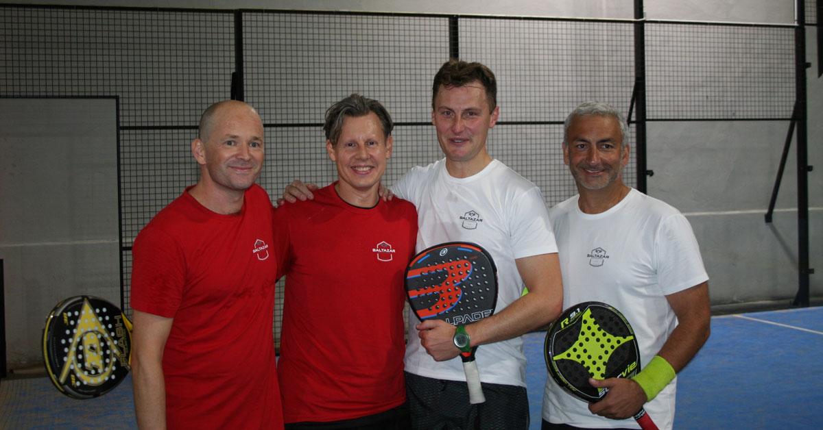 Hans-Martin Engström, Samuel Borg i röda tröjor och representerade Röda Korset och Ken Wendelin och Samir Taha i vita tröjor spelande för UNHCR på väg ut för att spela finalen i Baltazar Invitational.