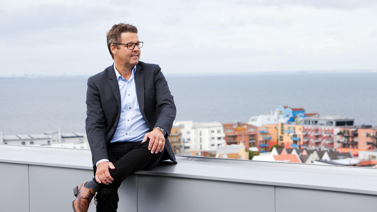 Från takterrassen på den egenproducerade kontorsfastigheten, med huvudkontoret, i Västra Hamnen i Malmö har Magnus Skiöld en magnifik utsikt över området. Det är också här företaget lade grunden för en stor del av sin fastighetsutvecklingsverksamhet på mark inköpt strax före millennieskiftet.